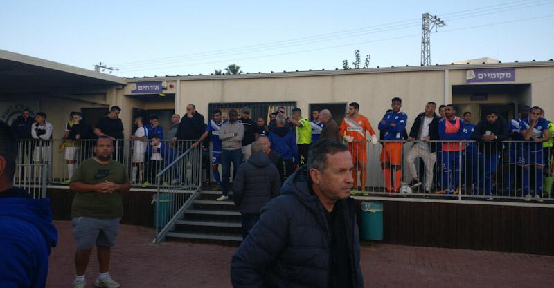 שחקני הקבוצות מחוץ לחדר ההלבשה לאחר פיצוץ המשחק