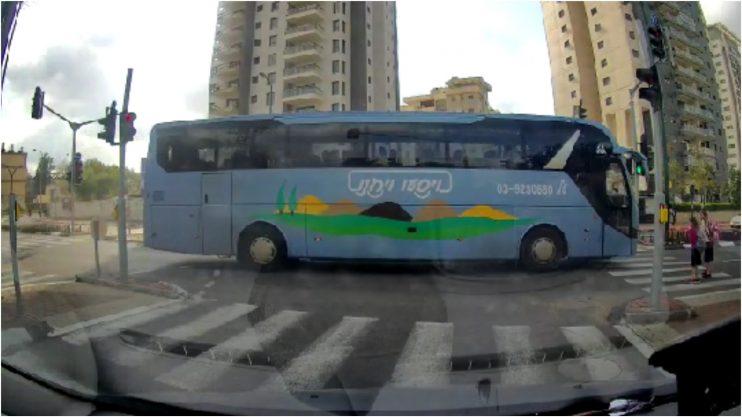 האוטובוס חוצה את הצומת צילום מתוך הסרטון באדיבות רעות מדר
