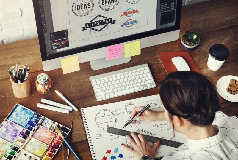 מעצבים גרפיים במרכז. תמונה ממאגר Shutterstock (By (Rawpixel.com
