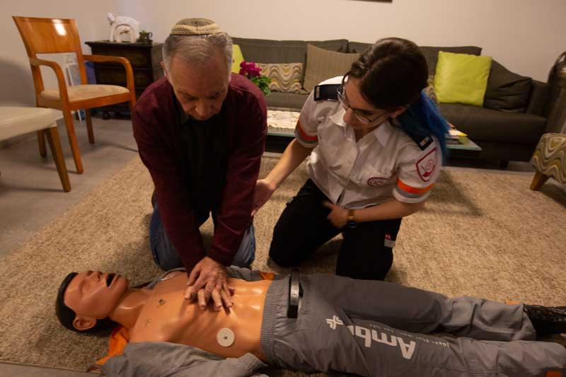 """יוסי יהודאי וטל מורג בהדרכת החייאה בביתו צילום דוברות מד""""א"""