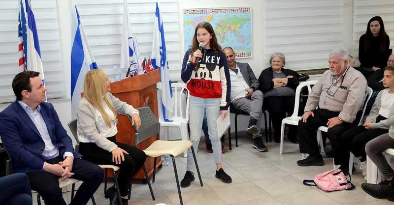 שגרירים צעירים בוחרים ומצביעים. צילום זאב שטרן