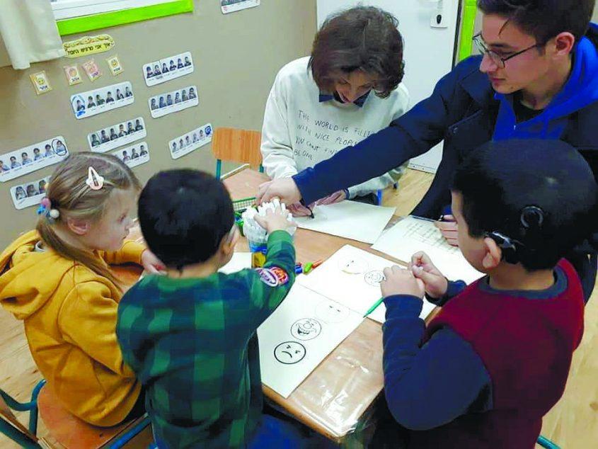 יומן חינוך (1.3.19). תלמידי קבוצת שפת הסימנים ממרכז הנוער גלים