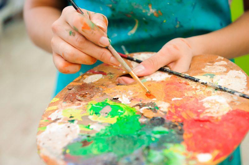 מטפלים באומנות במרכז. תמונה ממאגר Shutterstock