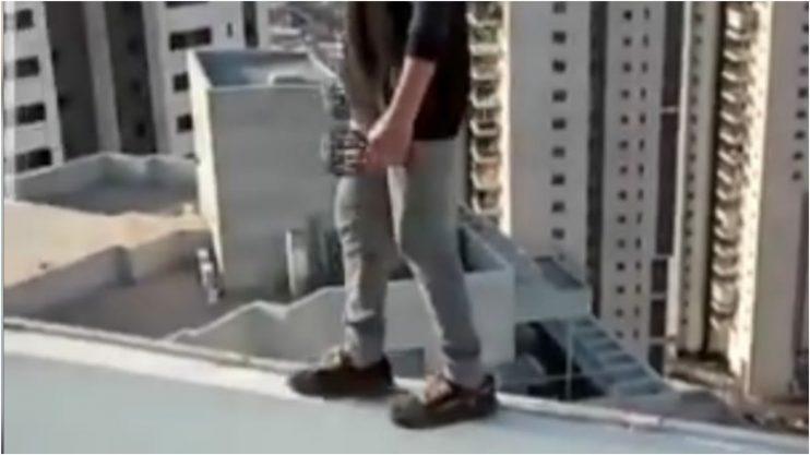 ילדים מטפסים על גגות