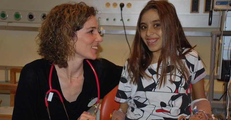 הילה עמרם יחד עם ד״ר אורית ויסבורד.צילום: דוברות מרכז שניידר
