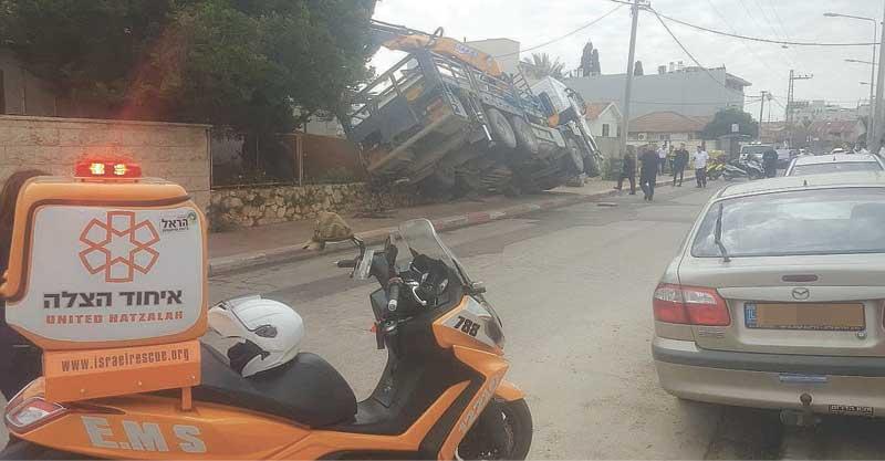 משאית מנוף שכמעט התהפכה ברחוב עזרא ונחמיה. צילום באדיבות איחוד הצלה