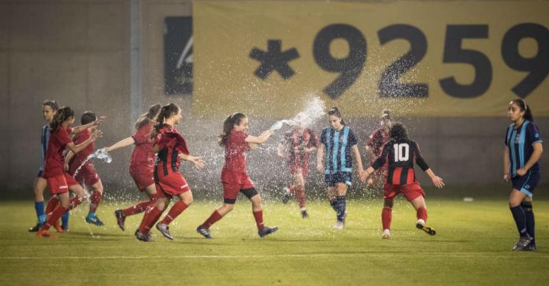 שחקניות שתי הקבוצות בסיום המשחק. צילום באדיבות ההתאחדות לכדורגל