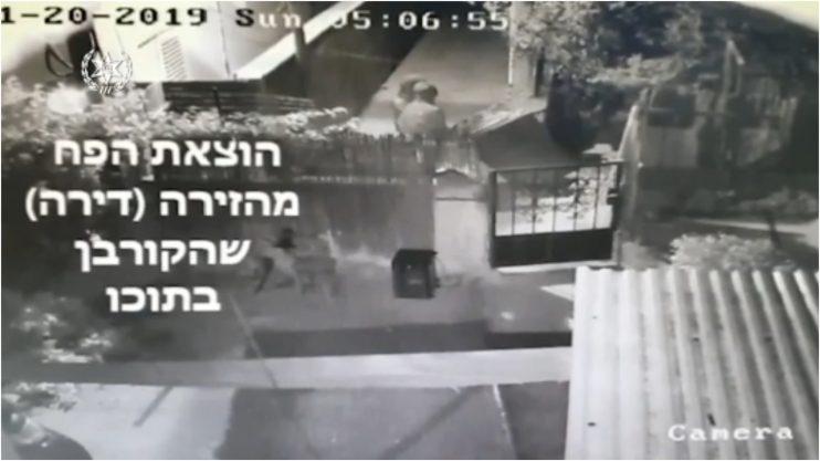 צילום מהסרטון, תיעוד הוצאת הגופה בפח אשפה