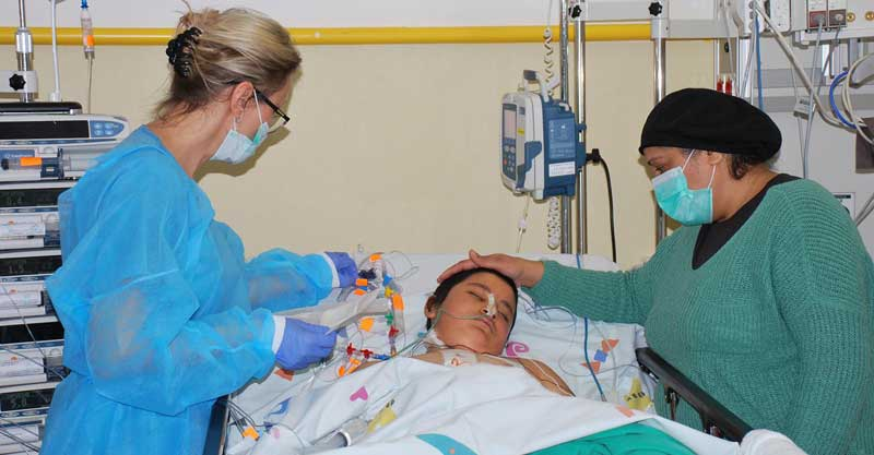 הנער מושתל הלב, בעת האשפוז ביחידה לטיפול נמרץ לב במרכז שניידר לרפואת ילדים. צילום: דוברות מרכז שניידר