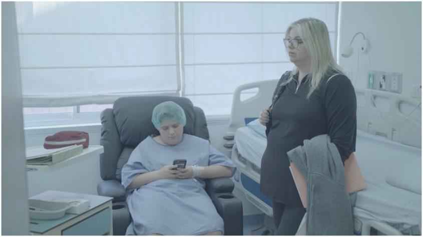 עופרי עם אמו בבית החולים. מתוך הסדרה