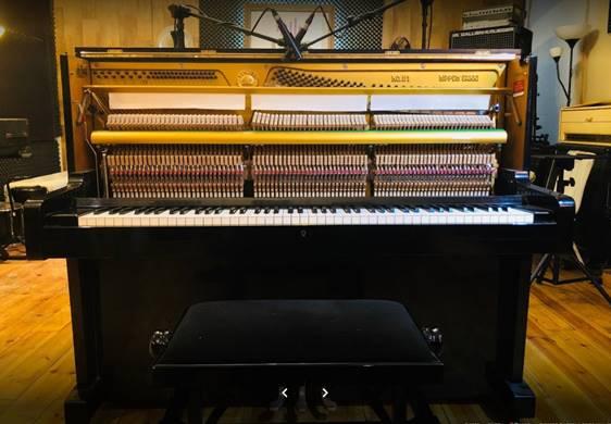 פסנתר ימהה בסטודיו ג'ניס