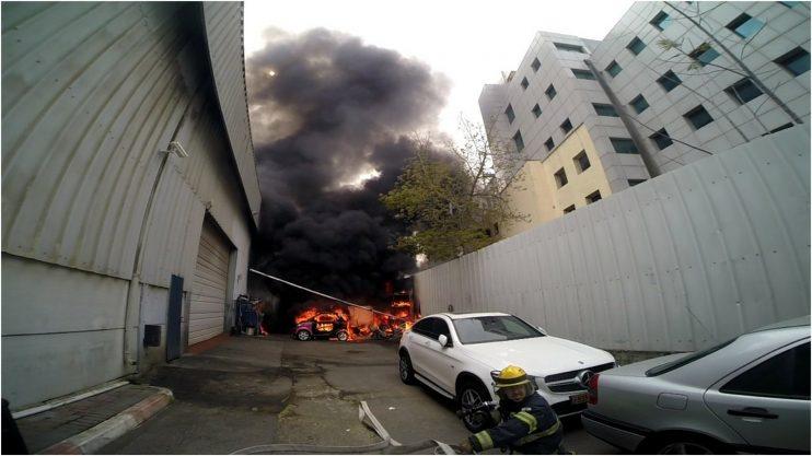 שריפה ברחוב אימבר צילום: יוסי קלבו מכבאות פתח תקווה