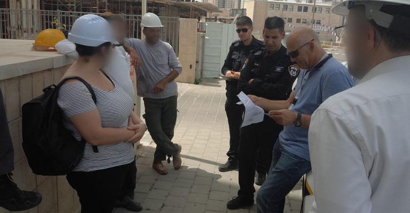 הביקורת באחד מאתרי הבנייה בפתח תקוה צילום באדיבות המשטרה