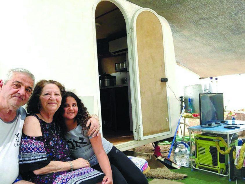 מגזין משפחות. סדר פסח בקרוואנים באילת-משפחת הפטר פיורלה ואריה עם הנכדה