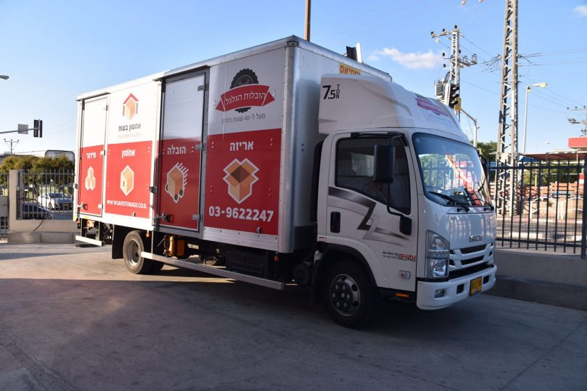 """משאית של חברת """"אחסון בטוח"""""""
