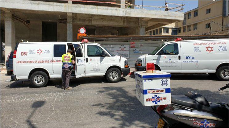 """פועל נפל מגובה של 5 מטרים באתר בנייה ברחוב המגשימים. צילום דוברות מד""""א"""