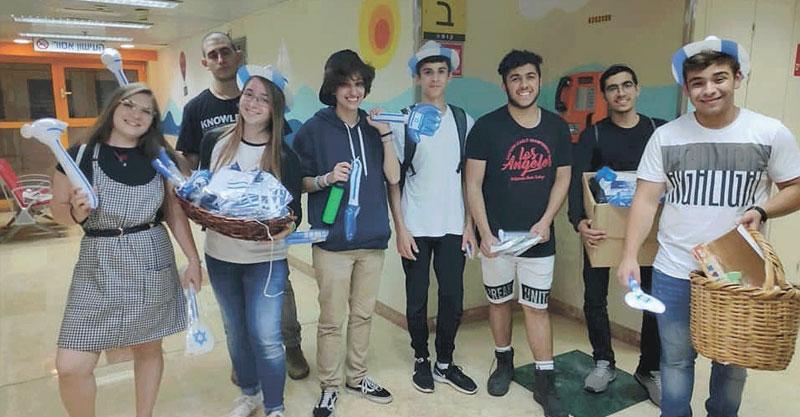 נציגי מועצת הנוער ביום העצמאות בבית החולים תל השומר צילום אגף הנוער