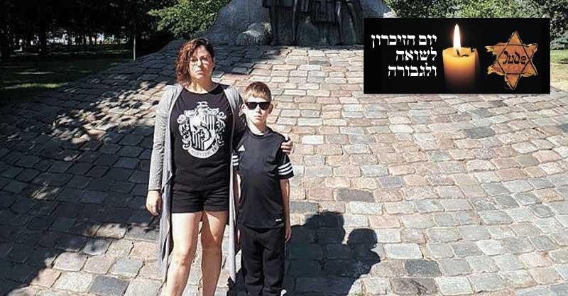 מאירה ואבישי ליד פסל יאנוש קורצ'אק בוורשה