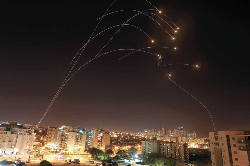 רקטות מעל אשקלון. צילום אילן אסייג