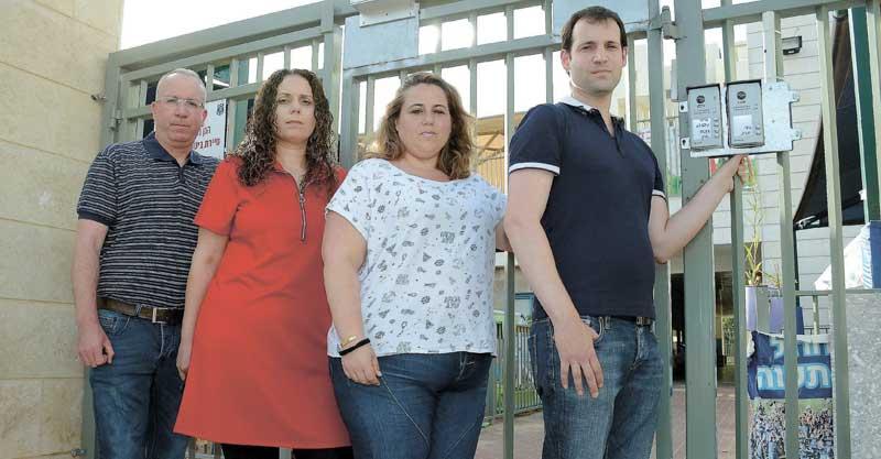 הורים שפעילים במאבק, מימין: אורי לנדסמן, מישל מידן-ינקו, חן שבת, יעקב אברמוביץ צילום זאב שטרן