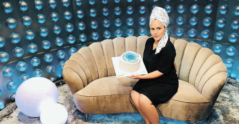 אורטל נדיב והעוגה המעוצבת בחדר האח הגדול. צילום איציק כהן