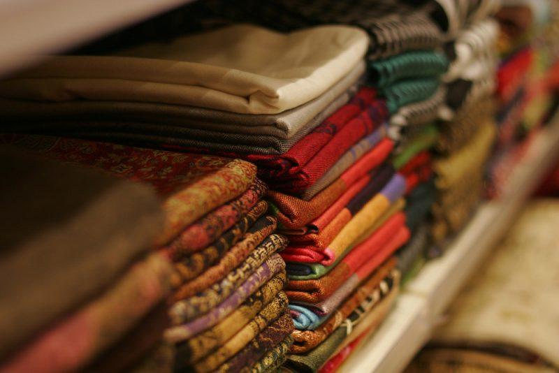 חנות בדים בפתח תקוה. תמונה ממאגר Shutterstock