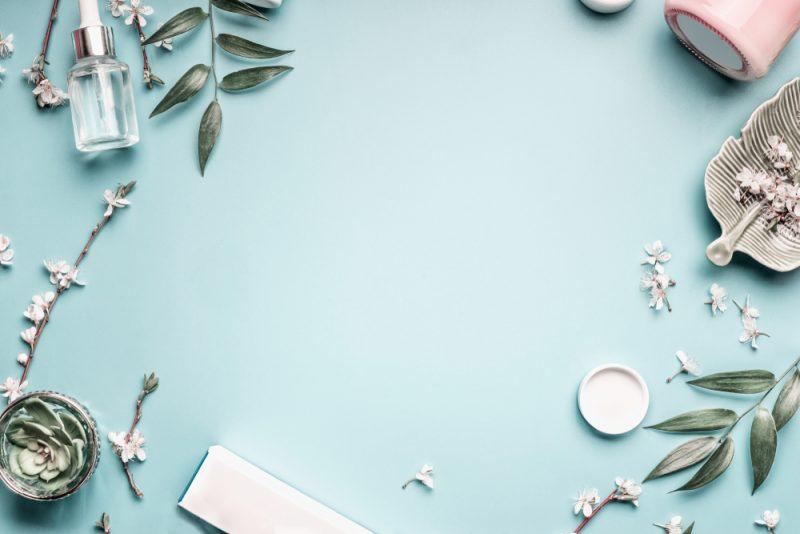 קוסמטיקאיות בראש העין. תמונה ממאגר Shutterstock