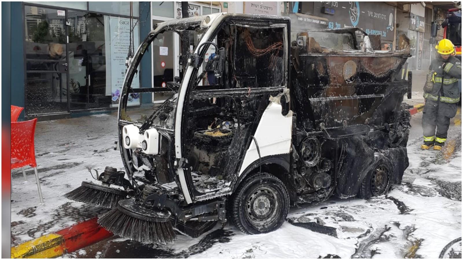 רכב טאטוא שעלה באש ברחוב אורלוב. צילום כיבוי אש