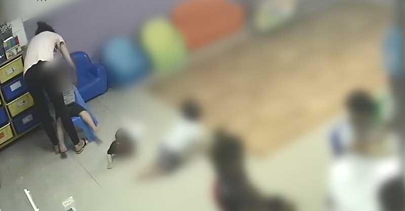 מתוך הסרטון של מצלמות האבטחה במעון בראש העין צילום דוברות המשטרה גננת מתעללת בראש העין. צילום באדיבות המשטרה