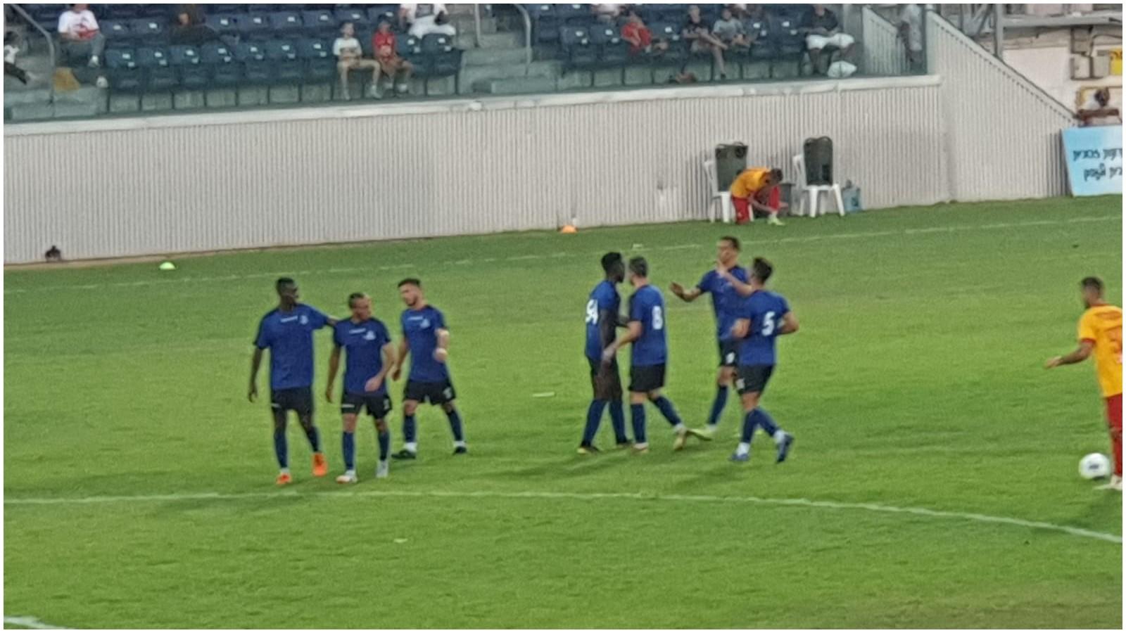 אמאדו סוקונה חוגג את השער עם השחקנים