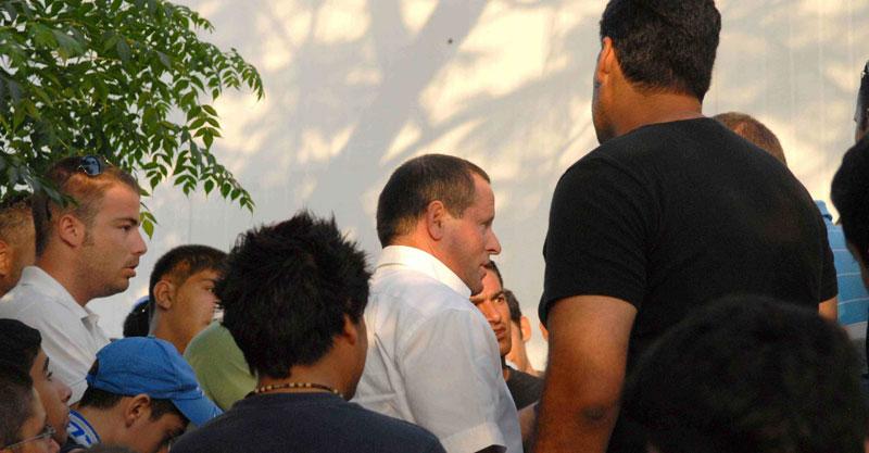 מאיר שמיר משוחח עם אוהדי הפועל ב-2006. צילום: יוסי זלינגר