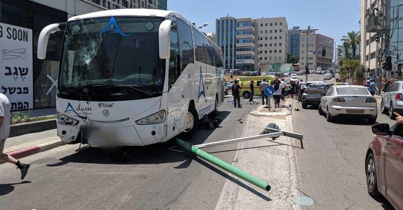 אוטובוס שהתדרדר ברחוב שוהם. צילום: דוברות הצלה פתח תקווה