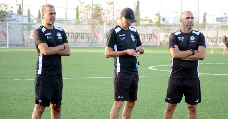 גיא לוזון עם הצוות באימון. צילום: זאב שטרן