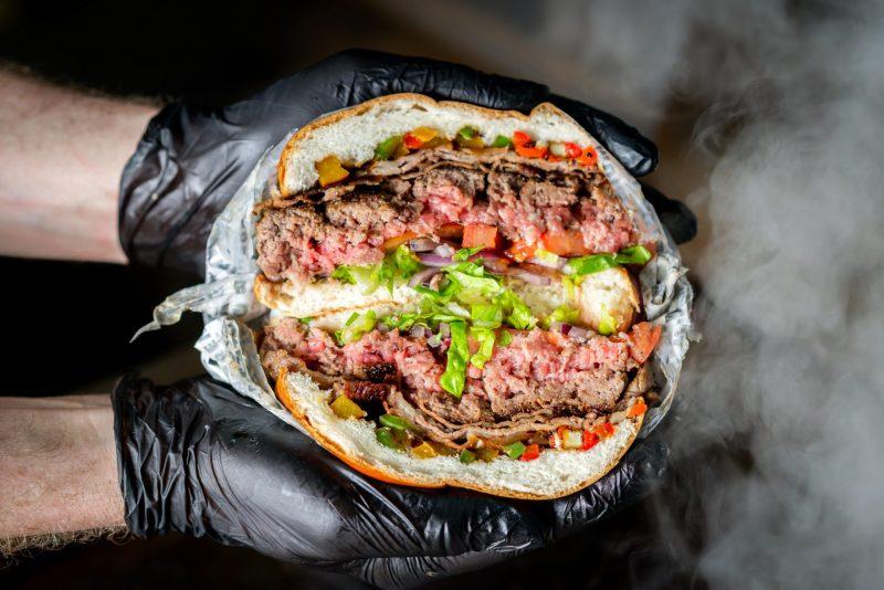 תהיו בטוחים שזה ההמבורגר הכי טוב שתטעמו. צילום: אסף קרלה