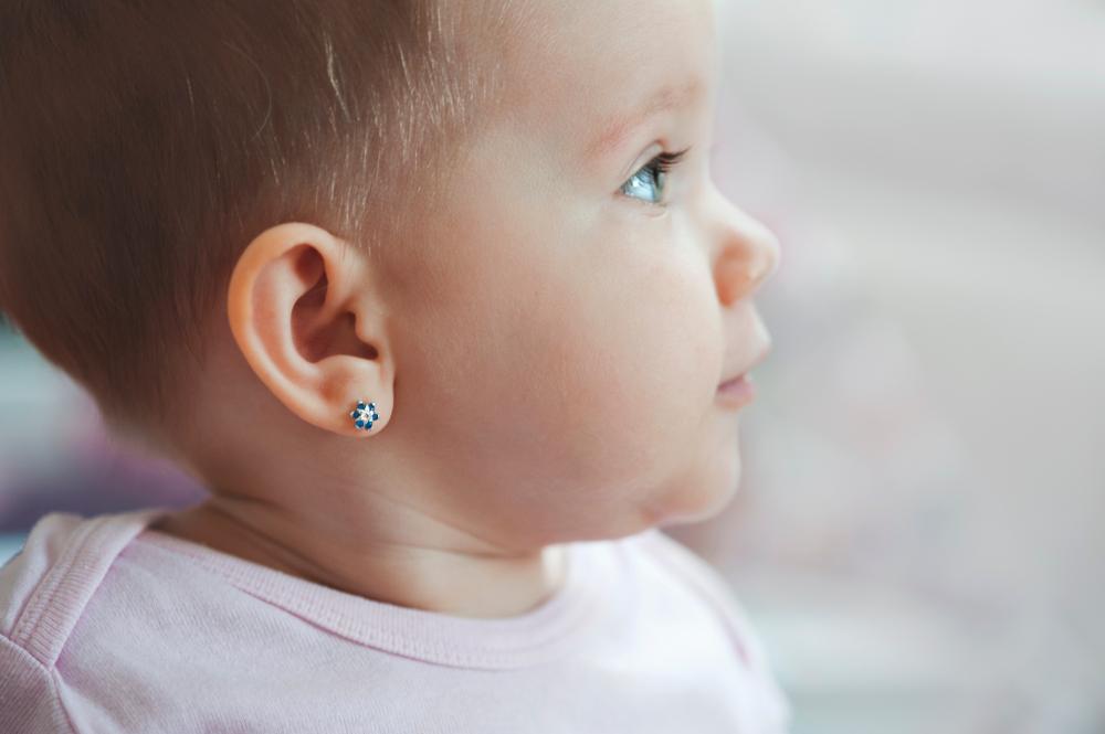 ניקוב חורים באוזניים (Shutterstock) צילום: didifoto