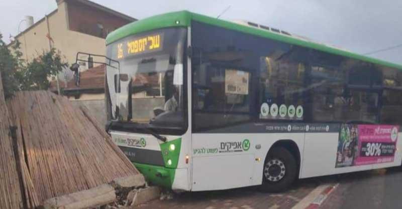 אוטובוס של אפיקים התנגש בחצר בית