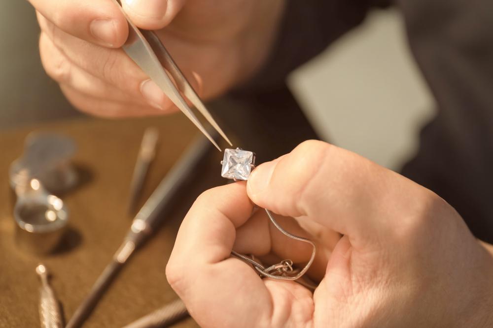 תיקון תכשיטים בפתח תקוה (Shutterstock) צילום: Africa Studio
