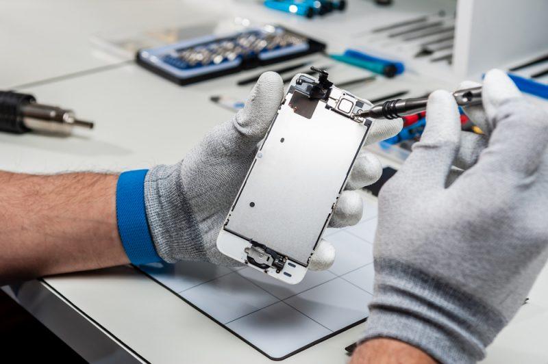תיקון סלולר בפתח תקוה (צילום: Vlad Teodor, Shutterstock)