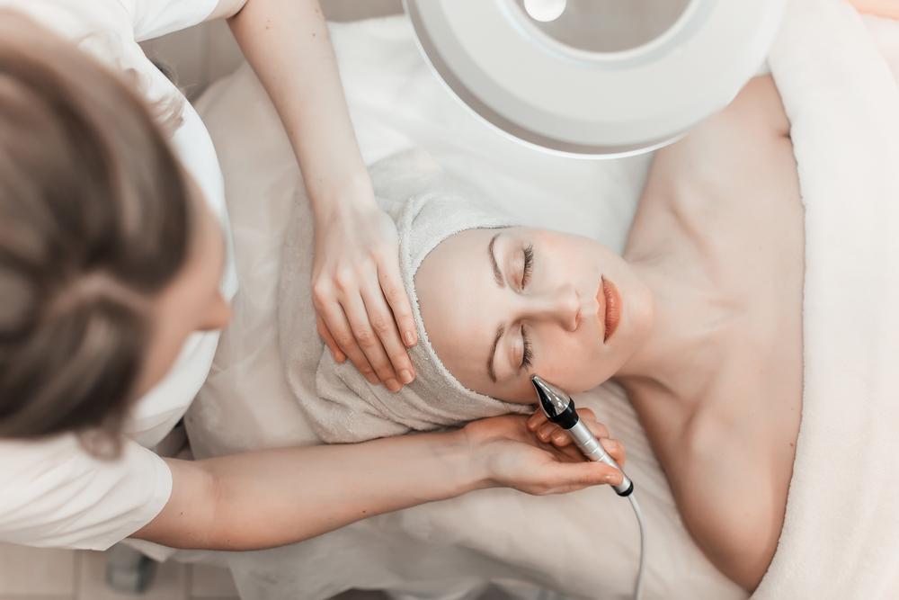קוסמטיקאית רפואית בפתח תקוה (Shutterstock) צילום: Stone36