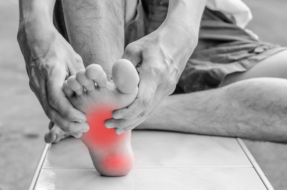 טיפול בדורבן ברגל.(Shutterstock) צילום:chingyunsong