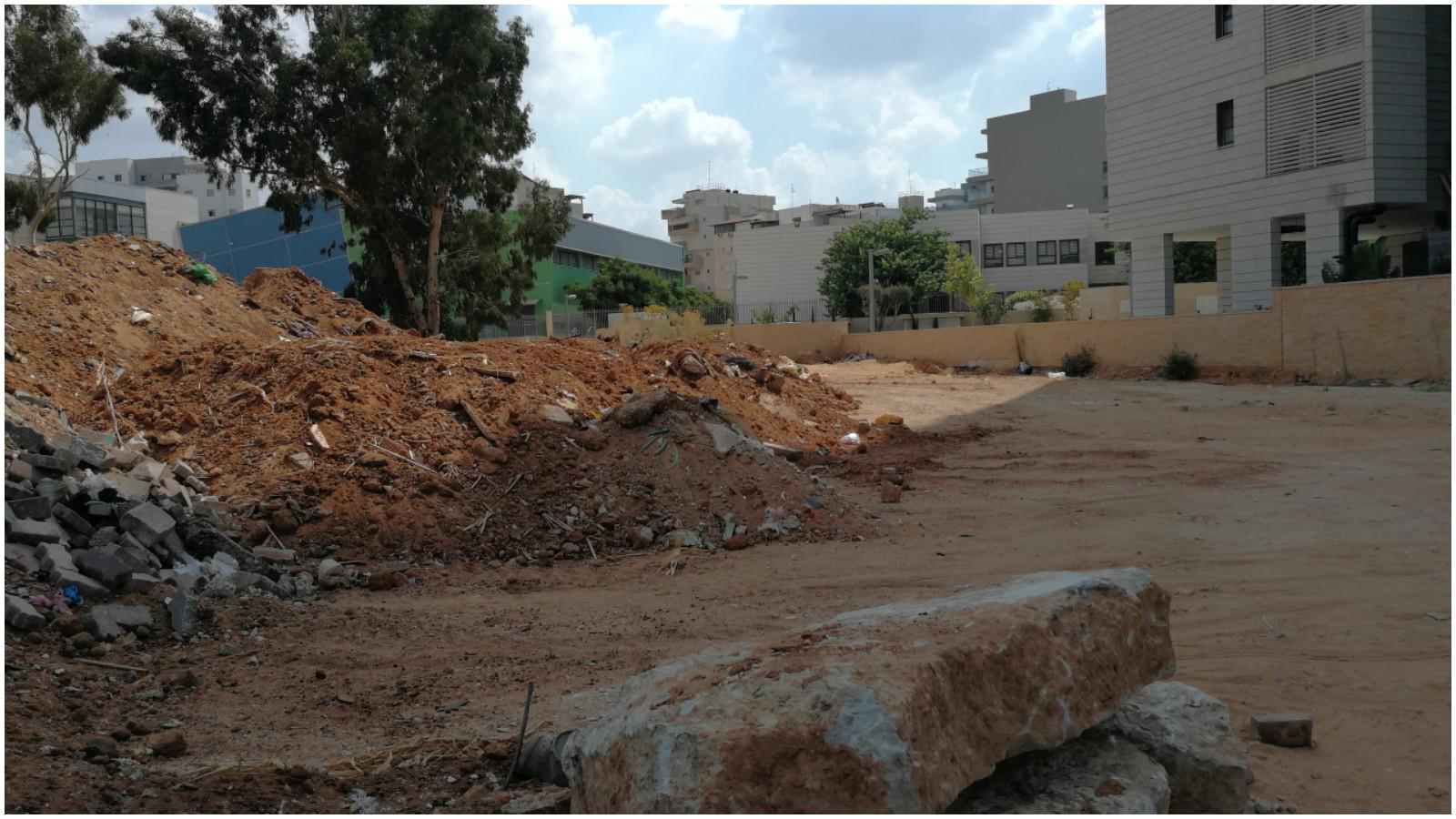 לכלוך, ערמות חול עם זבל בשכונת נווה גן ברחוב מאירי פנחס 4 פתח תקווה.