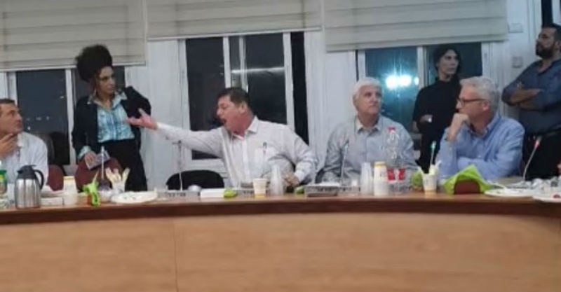 אהד בישיבה (צילום מסך)