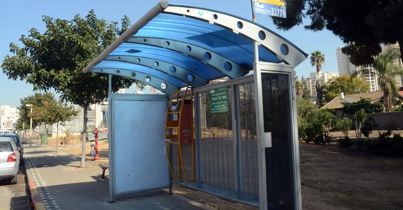 תחנת אוטובוס צילום זאב שטרן