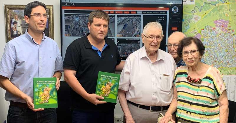 """עו""""ד משה הרצוג ז""""ל מעניק את הספר לראש העירייה, רמי גרינברג צילום דוברות עיריית פתח תקווה"""
