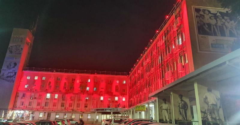 בניין העירייה מואר באדום הערב. צילום: לשכת דובר העירייה