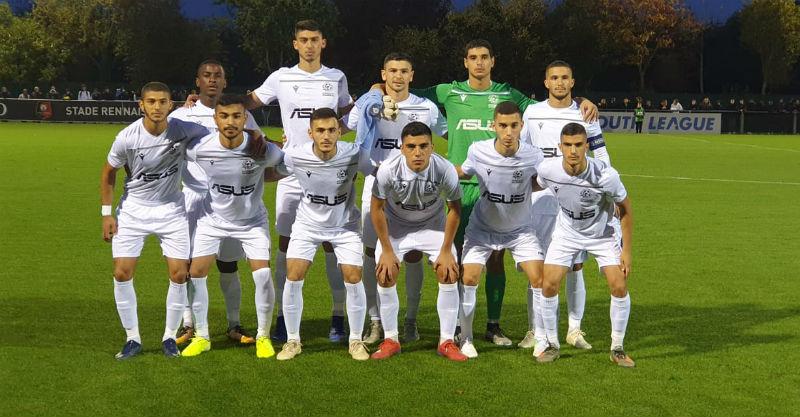 """קבוצת הנוער של מכבי פ""""ת במשחק הראשון בצרפת. צילום מתוך עמוד הפייסבוק של מכבי פתח תקוה"""