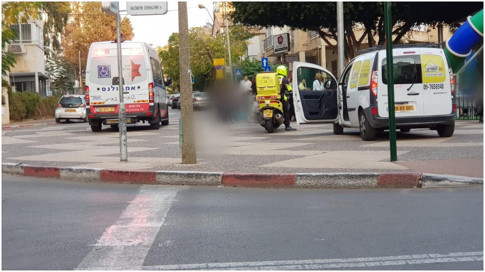 פינוי הפעוט שנחבל בגינה ברחוב יואל משה סלומון צילום דוברות הצלה פתח תקוה