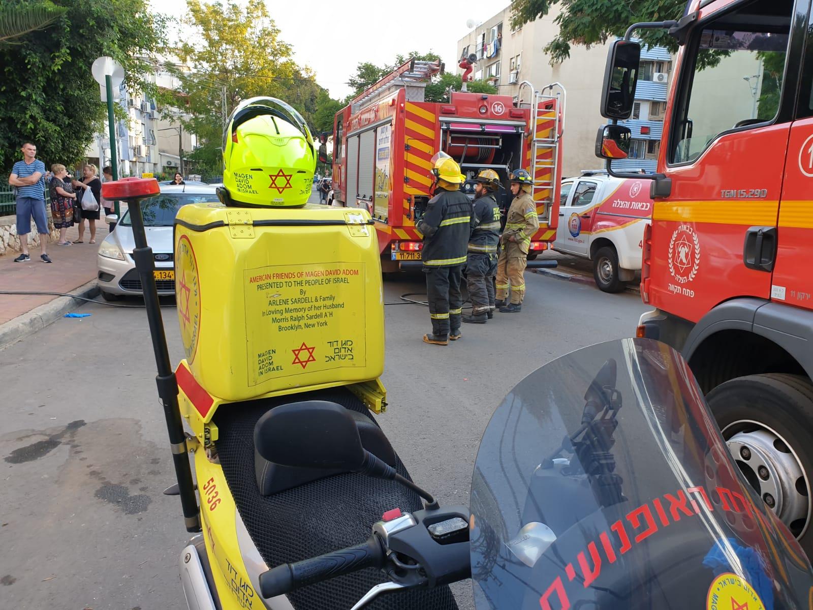 השריפה ברחוב השופטים צילום דוברות הצלה פתח תקוה