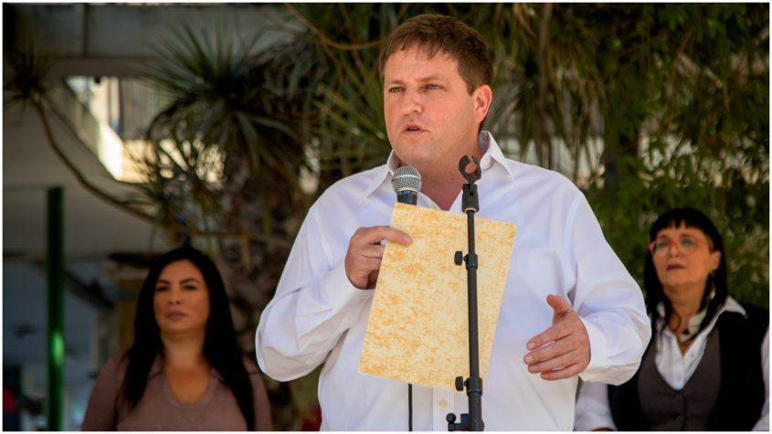 גרינברג נושא דברים בעצרת. צילום: לשכת דובר העירייה