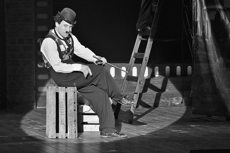 עופרי ביטרמן בתפקיד צ'רלי צ'פלין. צילום: יואב איתיאל